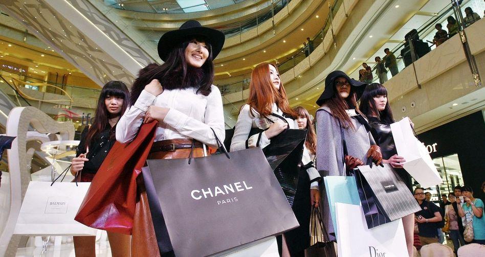 Einkaufszentrum in Shanghai »Will Auto sofort, zahle 50000 Euro extra«