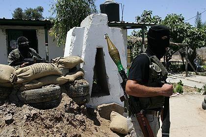 Offener Kampf: Hamas-Milizionär im eroberten Fatah-Hauptquartier