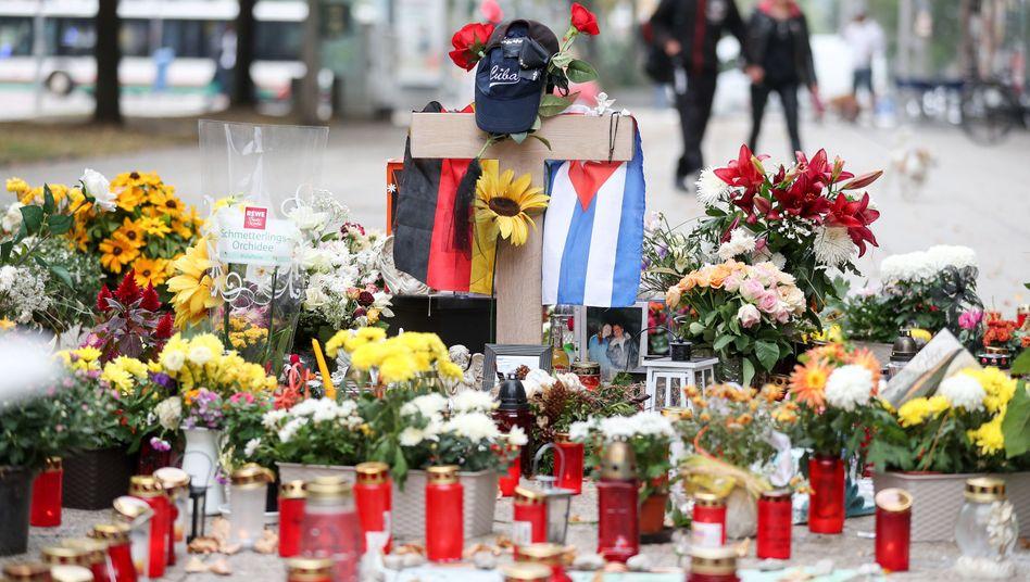 Blumen und Kerzen am Tatort in Chemnitz (Archivfoto)