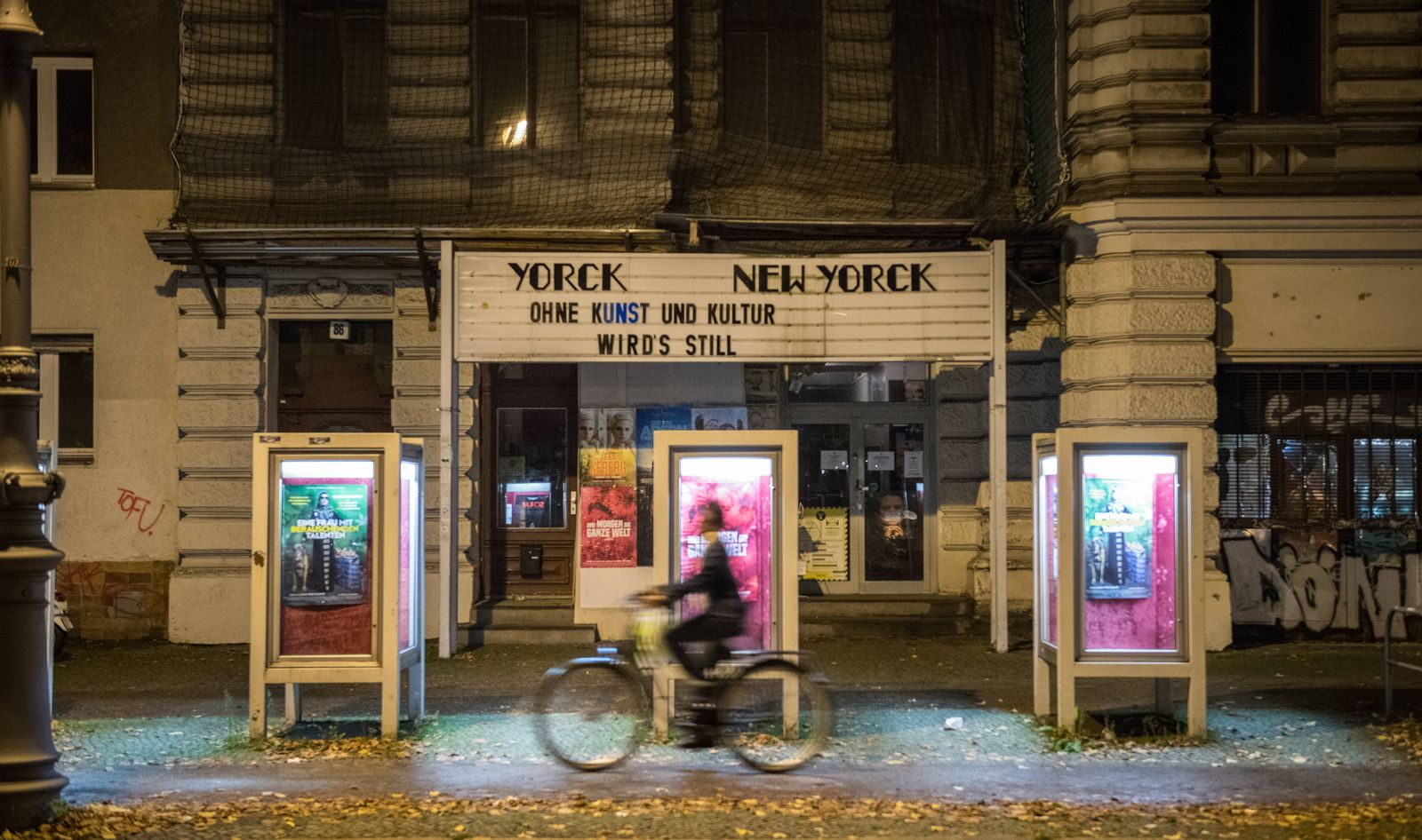 Der Schriftzug Ohne Kunst und Kultur wird s still steht an der Fassade des Yorck Kinos in Berlin Kreuzberg./ Foto: bildg