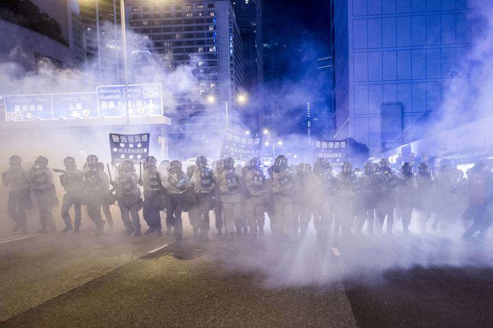 Aufmarsch der Polizisten: Es kursieren Gerüchte, wonach das chinesische Militär im Anmarsch ist