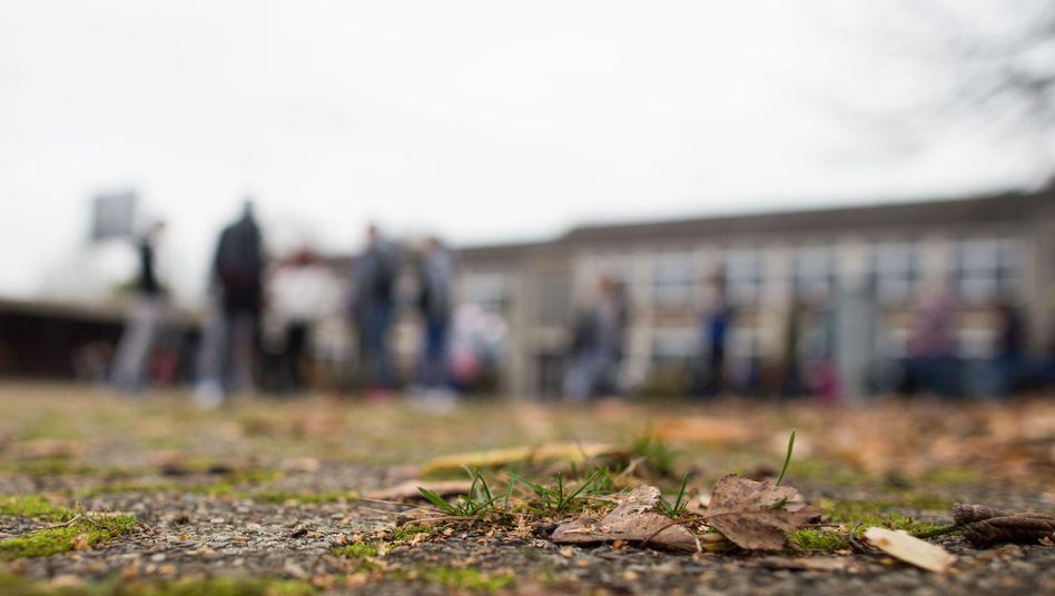 Schulhof mit Schülern (Symbolbild)