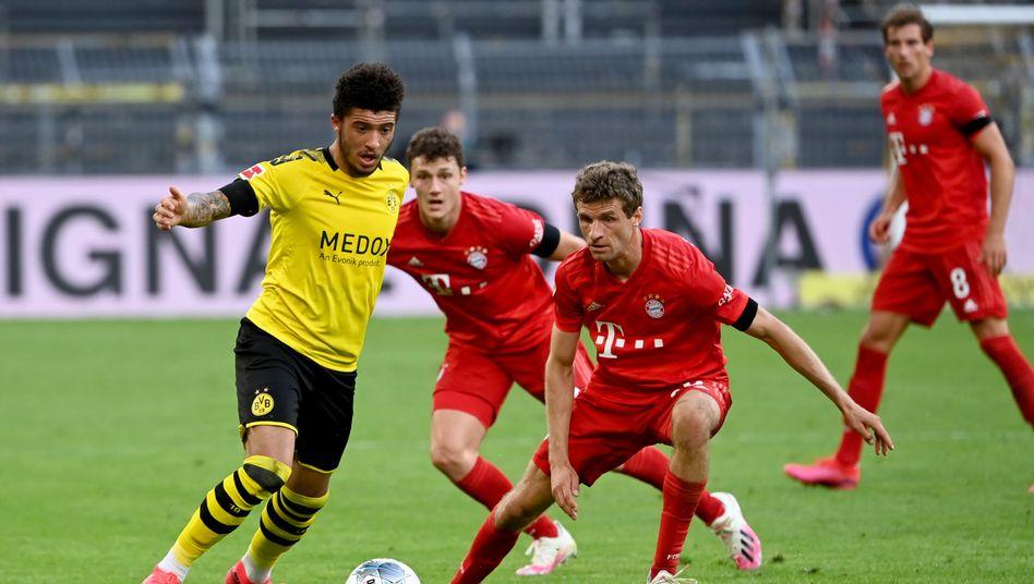 Alle gegen den Ball: Hier verteidigen Thomas Müller und Benjamin Pavard gegen Jadon Sancho