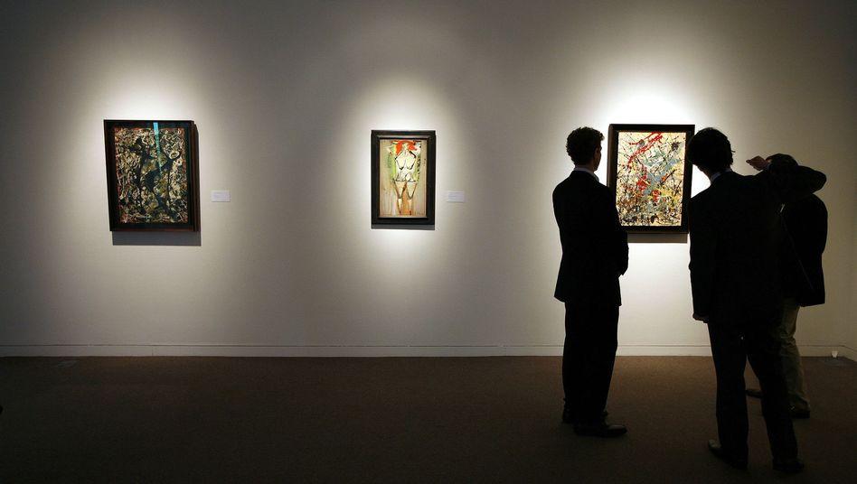 Auktionsbesucher vor (echtem!) Gemälde von Jackson Pollock: Rätsel um Señora Rosales