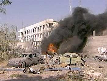 Dichter Rauch, Autowracks, Trümmer: Das Uno-Hauptquartier nach der gewaltigen Autobombenexplosion