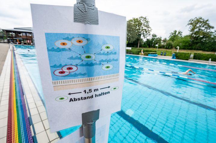 Besucher in Bayern müssen auch am Schwimmbecken Abstand halten