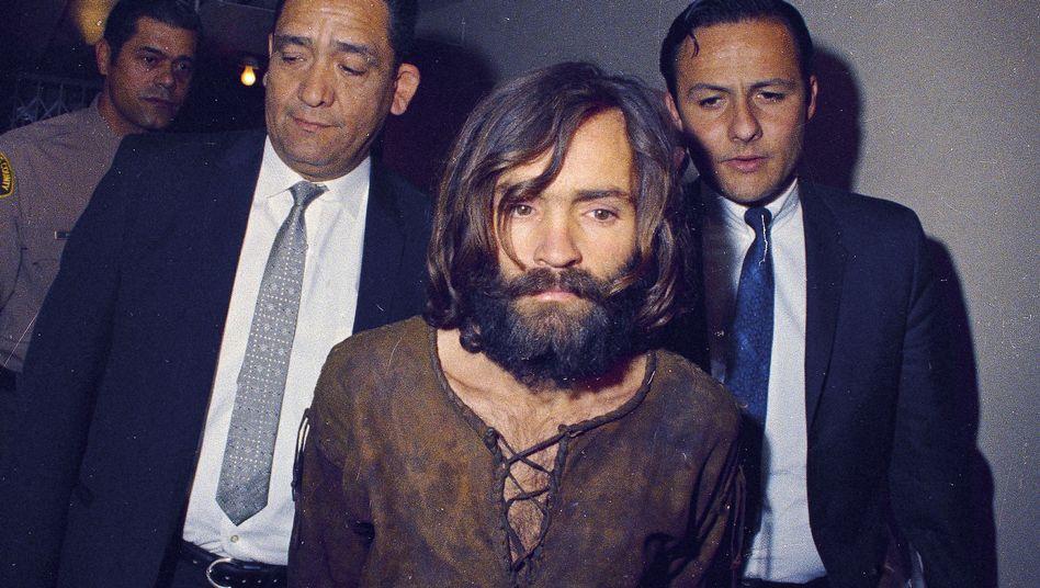 Charles Manson auf dem Weg zum Gericht 1969