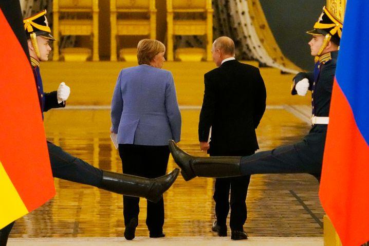 Merkel und Putin verlassen den Alexandersaal im Großen Kremlpalast