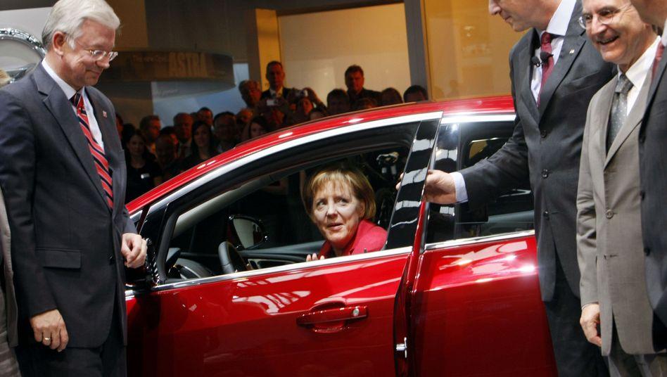 Kanzlerin Merkel auf der IAA: Steht die Regierung zu ihrem Opel-Konzept?