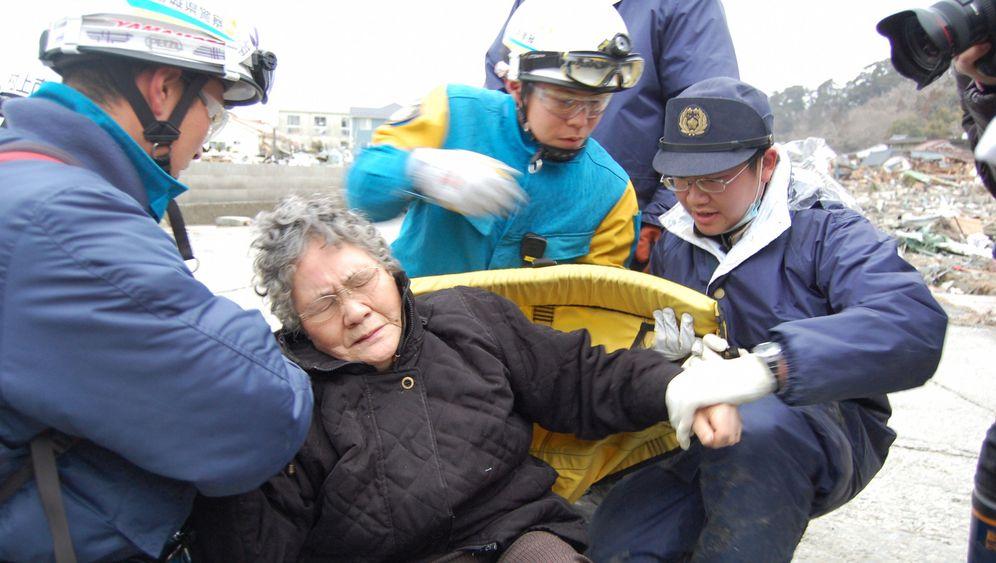 Neun Tage nach dem Japan-Beben: Retter befreien zwei Überlebende