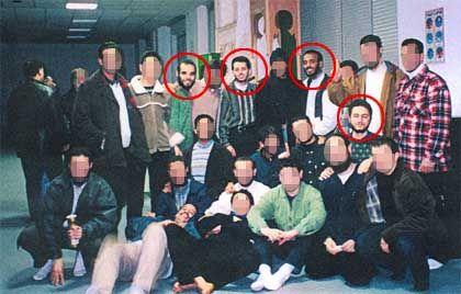 Dieses Bild aus der Hamburger al-Quds-Moschee ist einer der vielen Indizien gegen Mounir al-Motassadeq: Es zeigt den Angeklagten (roter Kreis) links neben Ramsi Binalshibh, der als wichtiger Drahtzieher der Terror-Zelle gilt. Links unten vor ihm kniet der Todes-Pilot Mohammed Atta.