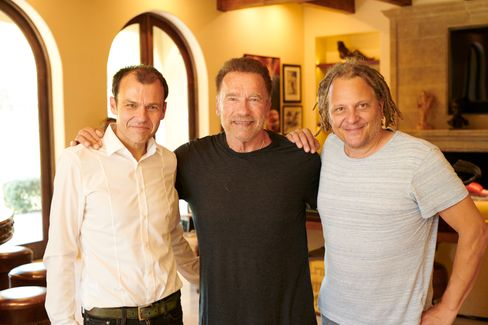SPIEGEL-Autor Marc Hujer, Arnold Schwarzenegger, Fotograf Martin Schoeller (r.)