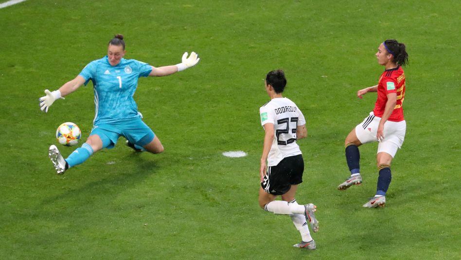 Deutschlands Nummer eins Almuth Schult mit einer Glanzparade im WM-Duell gegen Spanien