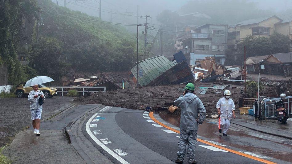 Verschüttete Straße in der japanischen Stadt Atami