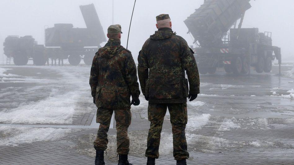 """Bundeswehrsoldaten vor """"Patriot""""-Systemen: Vorbereitungen für Transport laufen"""