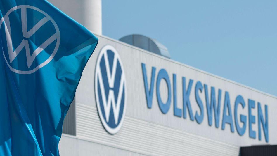 Volkswagen-Logo vor dem Werk in Mosel bei Zwickau (Symbolbild): Die Ermittlungen der Staatsanwaltschaft wegen möglicherweise bewusst manipulierter CO2-Angaben sind eingestellt