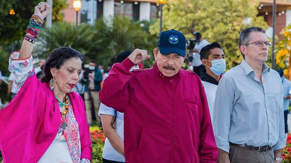 Rosario Murillo mit ihrem Ehemann Daniel Ortega (Mitte)
