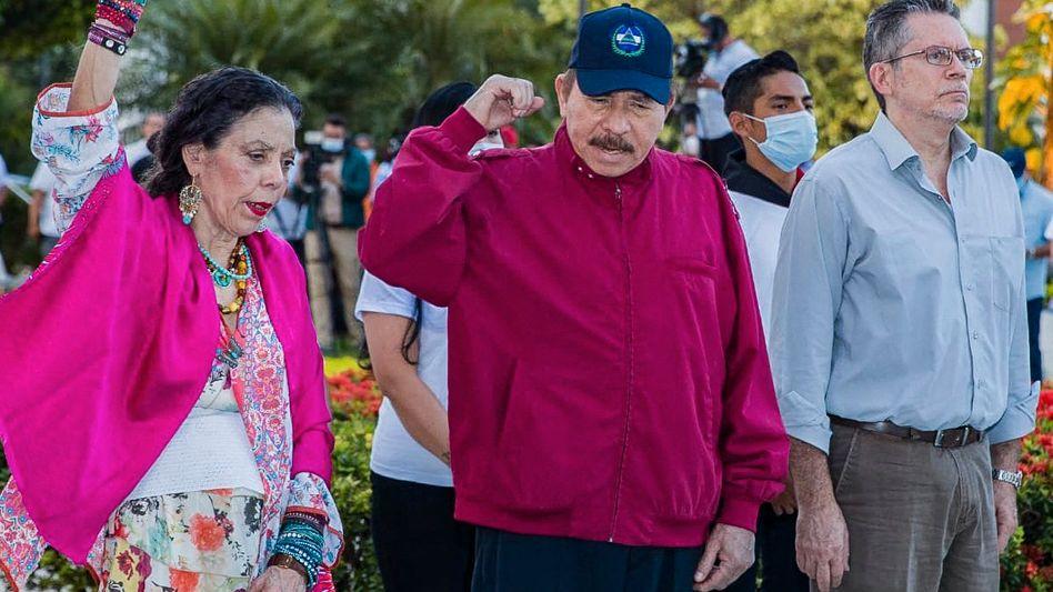 Präsident Daniel Ortega (M.), Ehefrau Rosario Murillo in Managua: Wer ihnen gefährlich werden könnte, landet im Gefängnis