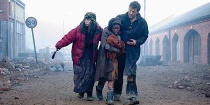 """Szene aus """"Children of Men"""" (mit Claire-Hope Ashitey, M. und Clive Owen): Ganz England ein Kriegsgebiet"""