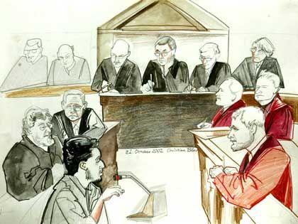 Gibt bereitwillig Auskunft: Motassadaq (M.) mit seinen Anwälten (l.) und den Anklägern (r.) im Hamburger Terrorprozess