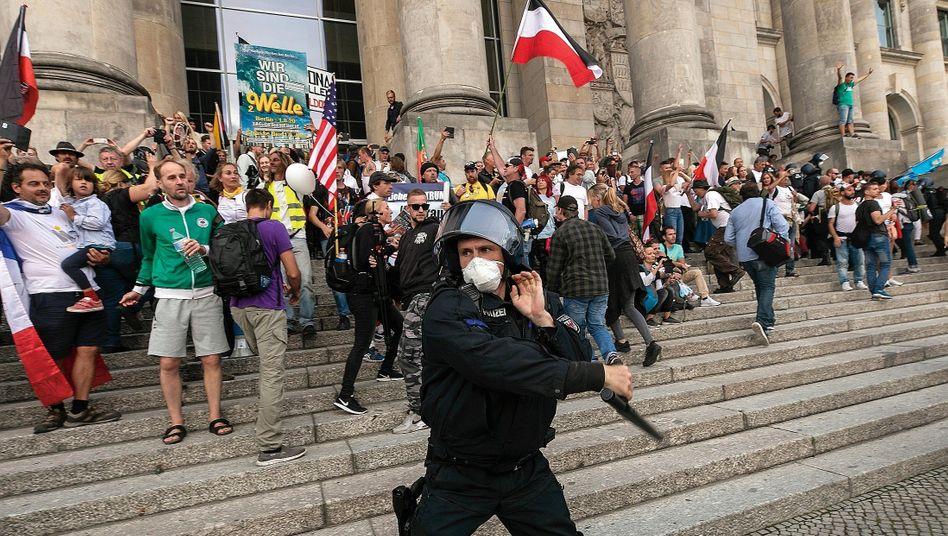 Polizist, Demonstranten am Reichstagsgebäude: »Raus da – das ist unser Haus«