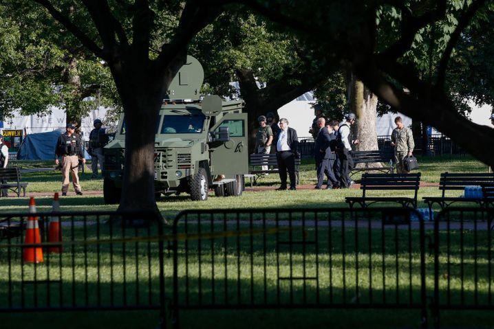William Barr am 1. Juni im Lafayette-Park mit Sicherheitskräften