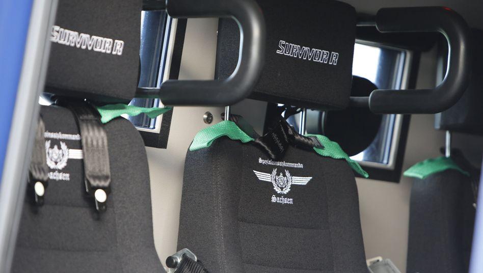 """Sitze im Polizeipanzerwagen """"Survivor R"""""""