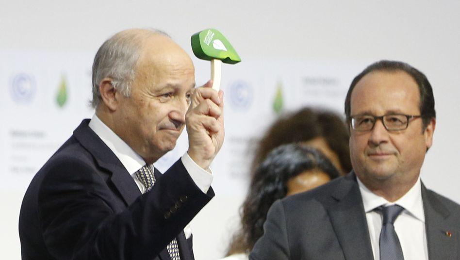 Gipfelpräsident Laurent Fabius (l.): Historischer Hammer