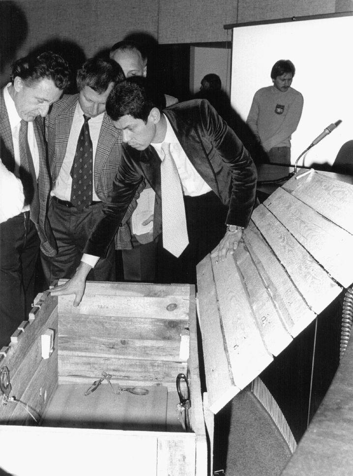 Rolf Bossi (links) 1979 mit dem Oetker-Entführer Dieter Zlof (Mitte): Er übernahm die ganz großen Fälle