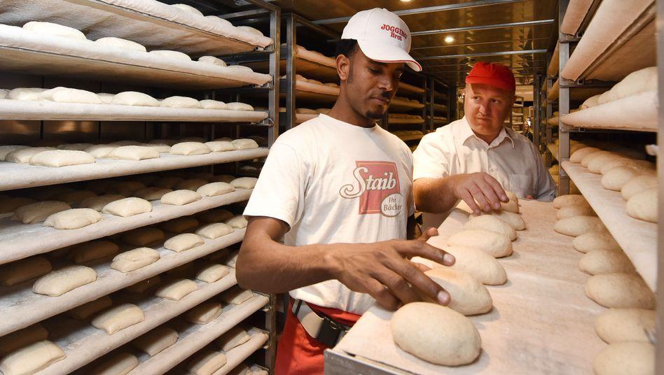 Bäckerlehrling Ghebur Aregay bei der Arbeit
