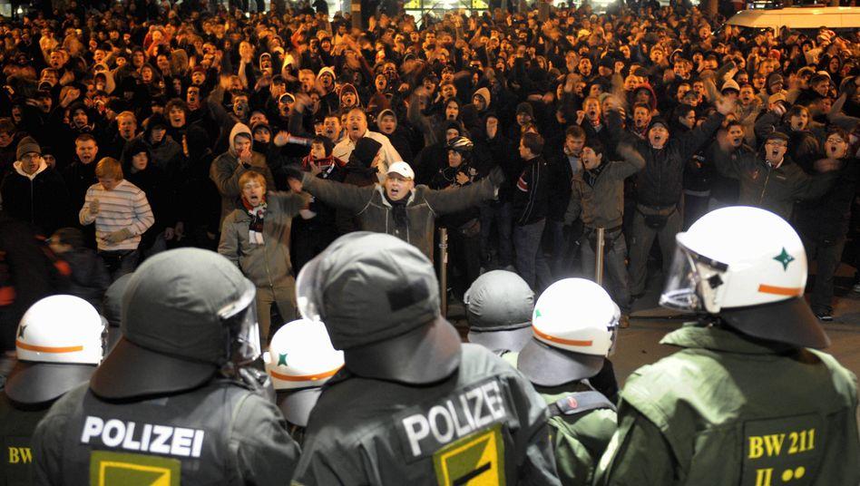Fußballfans, Polizisten: Stimmung nach Sicherheitshysterie auf einem Tiefpunkt