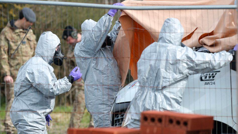 Britische Soldaten in Schutzkleidung am Tatort in Salisbury