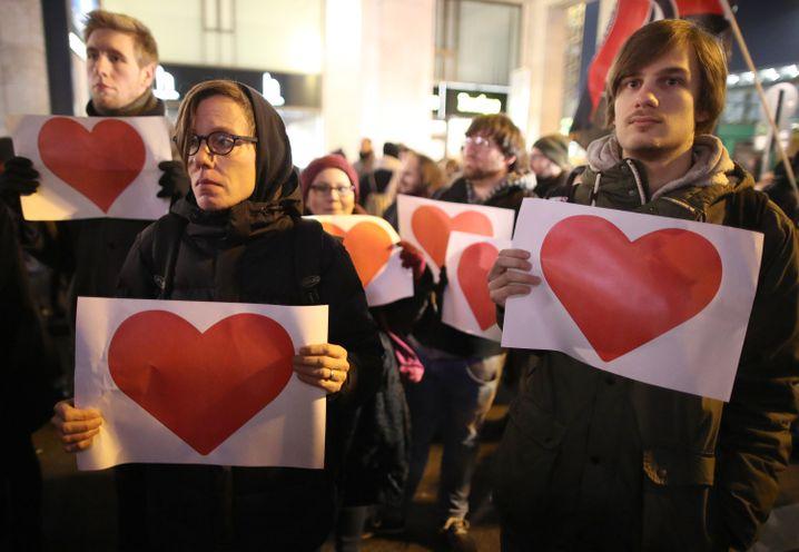Teilnehmer einer Protestkundgebung gegen Rechts in Berlin