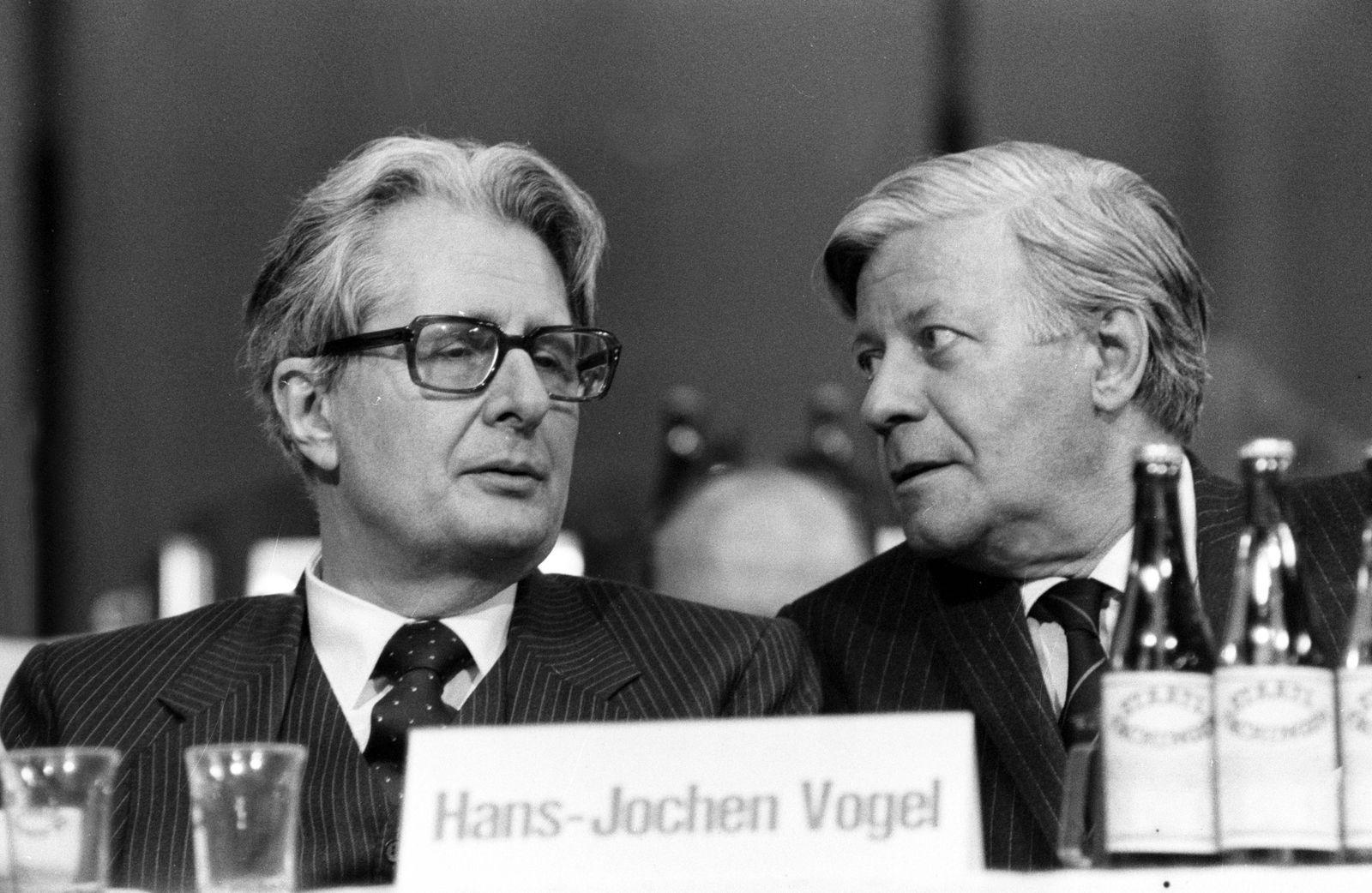 Hans-Jochen Vogel (li., Deutschland/SPD) und Helmut Schmidt (Deutschland/SPD) während eines SPD-Parteitages in Dortmund