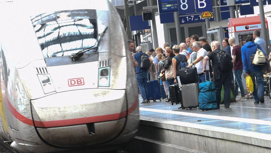 Bahnreisende (Symbolbild): Wer darf künftig gratis mit dem Zug reisen?