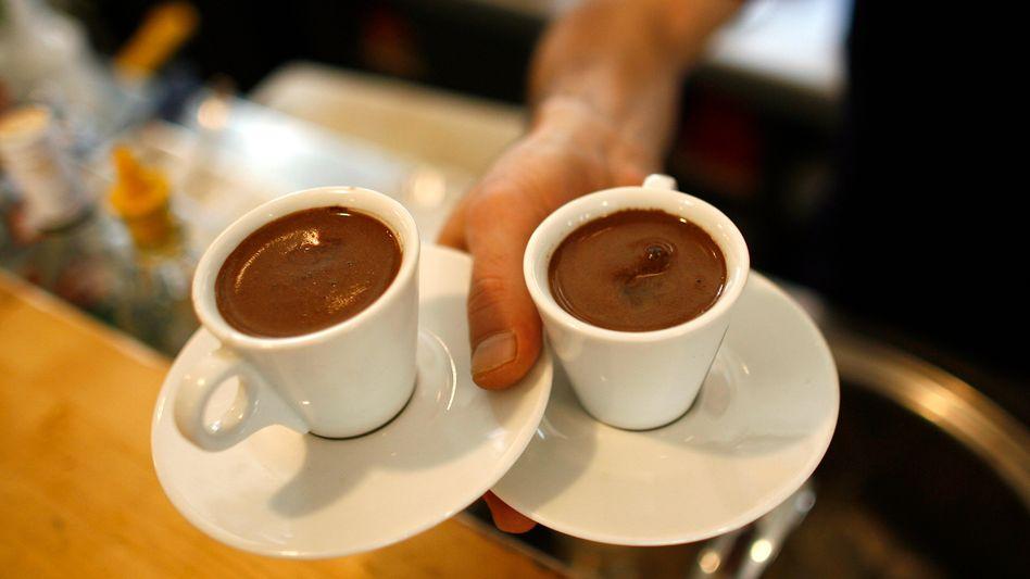 Zwei Espressi in zwei Tassen: Gesünder leben mit Kaffee und Tee