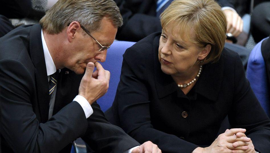 """Bundespräsident Wulff, Kanzlerin Merkel (Archivbild): """"Richtiger Schritt"""""""
