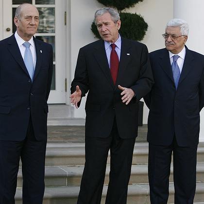 """US-Präsident Bush mit Israels Regierungschef Olmert (li.) und Palästinenserpräsident Abbas (re.): """"Wir werden unseren Einfluss nutzen"""""""