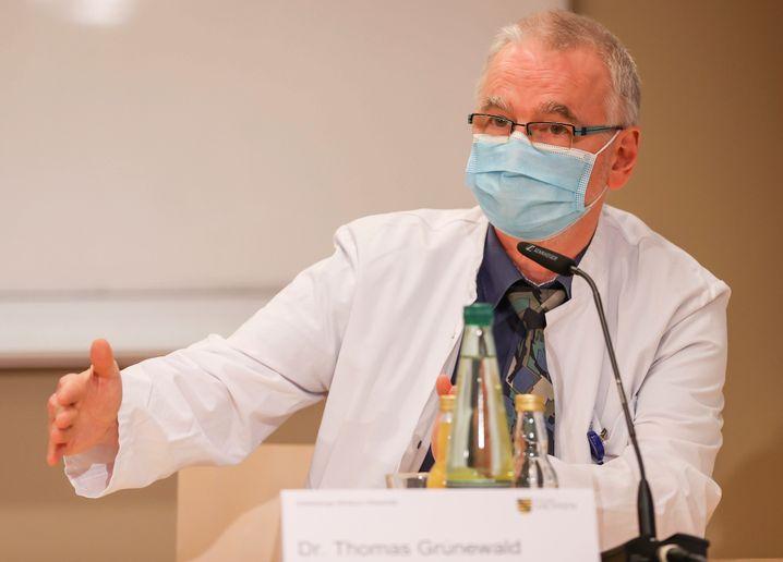 Thomas Grünewald, Vorsitzender der Sächsischen Impfkommission und Infektiologe am Klinikum Chemnitz, spricht auf einer Pressekonferenz (Archiv)