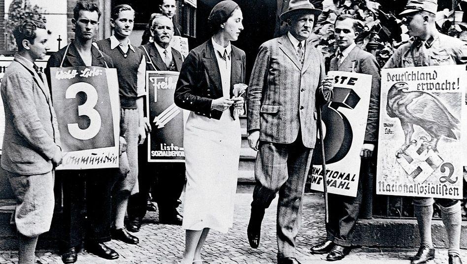 Kurt von Schleicher (3.v.r.) verlässt das Wahllokal bei der Reichstagswahl im Juli 1932