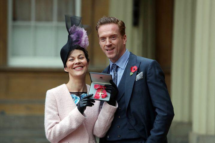 Helen McCrory 2017 zusammen mit Ehemann Damian Lewis, als sie mit einem Orden des Empires ausgezeichnet wurde