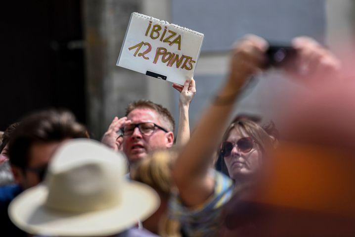 """Proteste auf dem Wiener Ballhausplatz: """"Ibiza, 12 Points"""""""