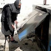 Generator: Ein Mann in Kandahar zeigt den zerstörten Stromerzeuger eines Mobilfunksendemasts