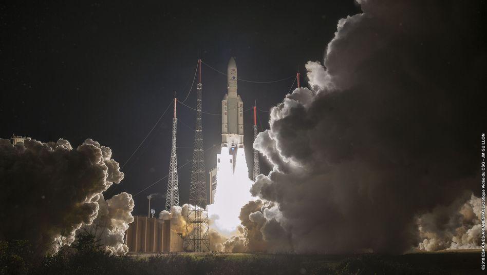 Die Ariane 5-Rakete mit BepiColombo hebt von ihrer Startrampe in Kourou in Französisch-Guayana ab