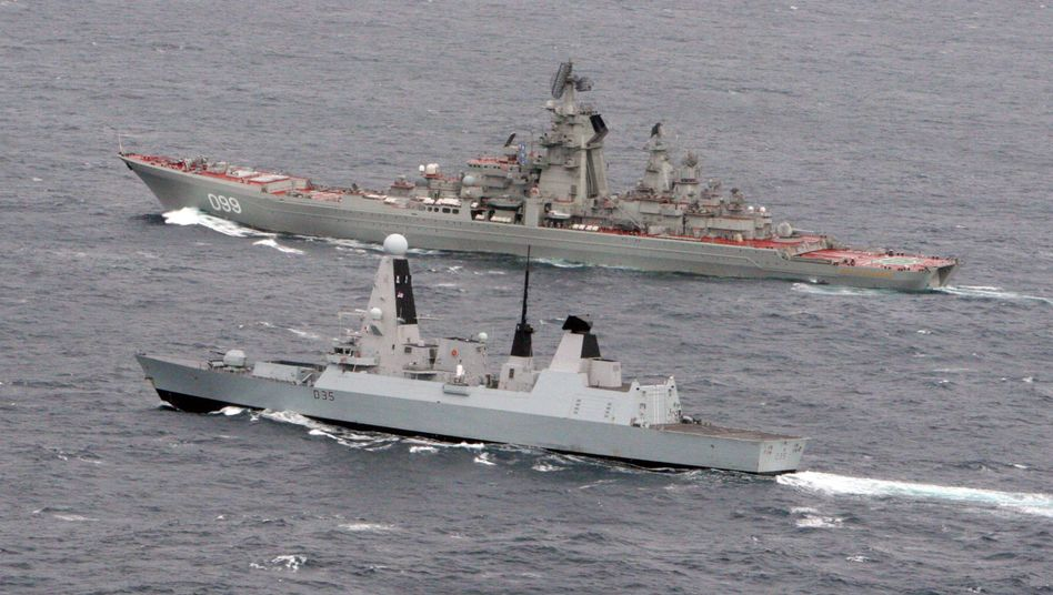 """Britische HMS """"Dragon"""" (vorne) mit russischem Kriegsschiff: Eskorte durch den Ärmelkanal"""
