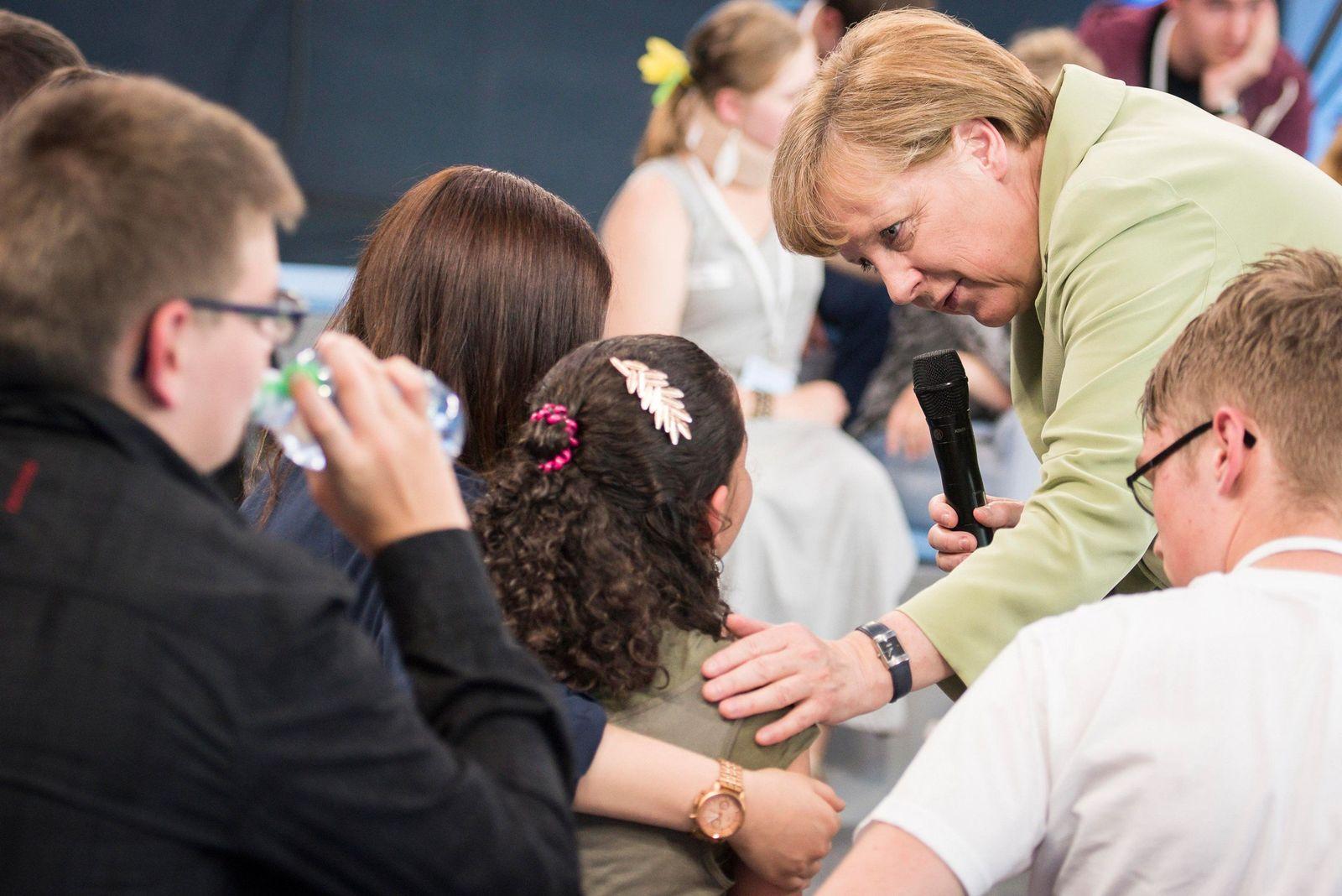 EINMALIGE VERWENDUNG Reem Sahwil/ Angela Merkel