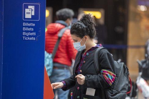 Auch in der Schweiz -hier am Bahnhof in Bern - trägt man jetzt Maske