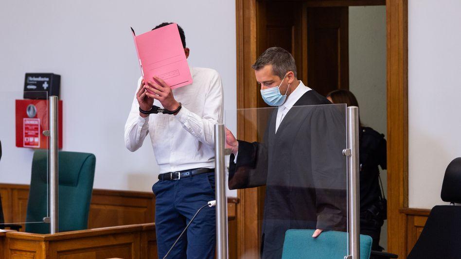 Der Angeklagte (l.) legte vor Gericht ein Geständnis ab
