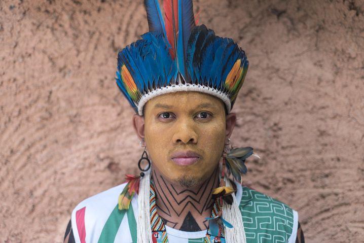Der indigene Influencer Tukuma Pataxó posiert für ein Porträt in Porto do Boi, Bahia