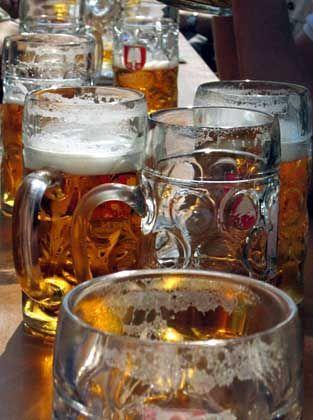 Bierkrüge auf dem Oktoberfest: Polizei wäre über den Wechsel zum Kunststoff begeistert